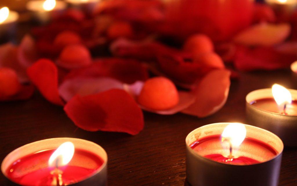 Bougies et pétales sous la tente rouge